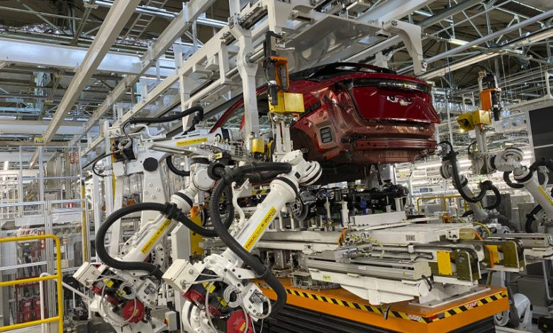 استفاده از رباتها در تولید قطعات پیچیده خودروی نیسان 5 | آفکو